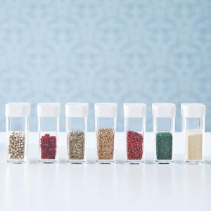 使いたい量が片手で調節できる調味料保存容器です。 前後にフタをスライドさせ、分量を選んで出すことがで...