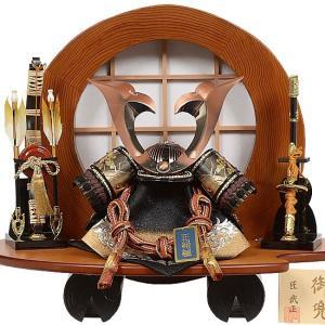 No.504-52 五月人形 杉丸太の飾り台が目を惹く 大鍬形の兜をセットした兜飾り【大鍬形兜】10号サイズ|soneningyo