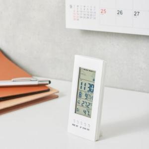 ノベルティ/名入れ/販促品向け温湿度計付デジタルクロック ホワイト (購入単位:60個〜) 周年記念/見積もり/名入れ対応に!|soshina