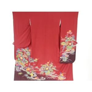 衿は広衿です。 八掛は地紋入りで、胴裏と共に小さな縫い目の解れがあります。 右袖山に点くすみが1点あ...