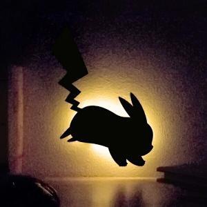 LEDを使用した壁面に取付けるピカチュウの形のウォールライト。ちょっとした音と振動に反応してライトが...