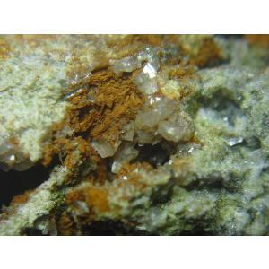 白鉛鉱(CERUSSITE) 産地 岐阜県飛騨市神岡町神岡鉱山二十五山 最大2mmほどの小さな白鉛鉱...