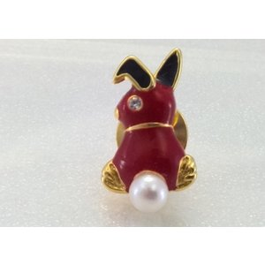 ツジモト真珠のピンブローチ プレーボーイ風 あこや本真珠 タックブローチ うさぎ レッド|spicapearl