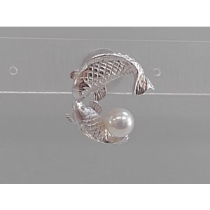 ツジモト真珠のタックブローチ あこや本真珠  SV 鯉 シルバーピンブローチ カープ 魚|spicapearl