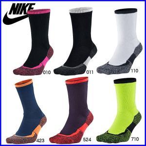 コート上で快適な履き心地が持続する、Nike初のテニス用機能性ソックス。 コットンブレンドDRY-F...