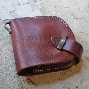 彫金師 Haru氏により一 つ一つ手作業で削りだされた 真鋳金具を使用した長財布 ほどよく厚みを残し...