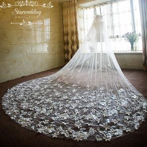輝いた花嫁にふさわしいウエディングベールです。  サイズ:長さ約3.8M  階層:1層  セット内容...