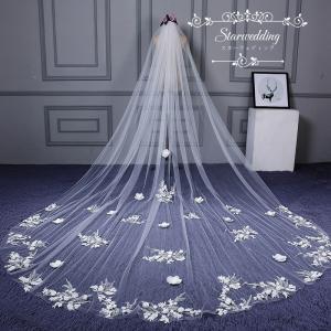 輝いた花嫁にふさわしいウエディングベールです。  サイズ:長さ約3M  階層:1層  セット内容:ベ...