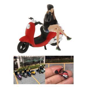 オートバイ人形ストリートジオラマアクセサリーに座っている1/64レモデルの女の子