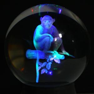 彫刻置物 丸玉 人工水晶 サル (レーザー彫刻) 約90mm (レインボー台付き) ★2016年干支★ 天然石 パワーストーン※DM便・ネコポス不可※|stonecenter