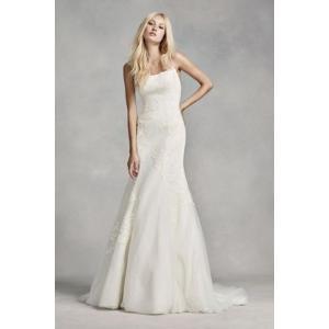 White by Vera Wang Low-Back Wedding Dress  このきれいなシ...