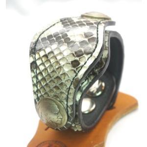 ダイヤモンドパイソンを使用し、鱗の模様や肌触りがとてもワイルドな雰囲気があります。肌にあたる部分は牛...