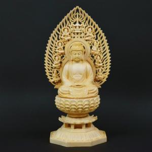 仏教を開いた祖である釈迦、仏陀の木彫りの仏像  ほかとは違い指一本一本や衣のシワの具合まで細部まで作...