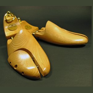 靴の履きジワを伸ばし、ソールの反りを防ぐ、靴を美しく保つ木製シューツリー。均一に靴の中でテンションが...