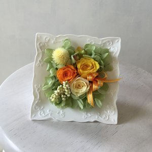 【送料無料】プリザーブドフラワー オリジナルアレンジ オレンジ・黄色系 (器・スクエアタイプ) surprise-flower
