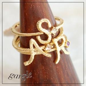 gargle/ガーグル 手書き風 イニシャル リング 指輪 ゴールドカラーアルファベットとスワロフス...