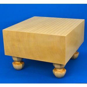 足付碁盤新かや6寸は、新かや材(スプルース材)の一枚板造り、厚みが6寸の木製足付碁盤です。白黄褐色...