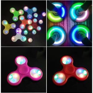 光る!LEDハンドスピナー フィジェットスピナー Hand spinner 指スピナー 三角 指遊び ストレス解消  スピン  [訳あり][色は当店にお任せ!]|syumicolle