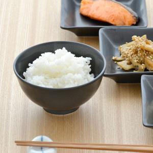 テーブルをグッと引き締めてくれる、モダンな黒い食器。 黒い色の器は食材の色をきれいに引き立たせてくれ...