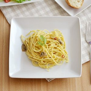 オシャレな白い角皿。こちらは、パスタ皿やカレー皿、ステーキ皿、メイン料理の大皿やワンプレートでお使い...