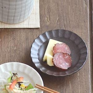渕にデザインが施された和風のお皿はモダンな雰囲気。直径約10cmでお醤油皿に最適サイズです。和風すぎ...