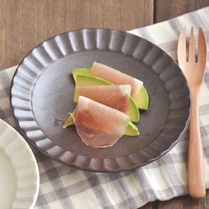 渕にデザインが施された和風のお皿はモダンな雰囲気。直径約16.6cmで取り皿やパン皿に最適サイズです...