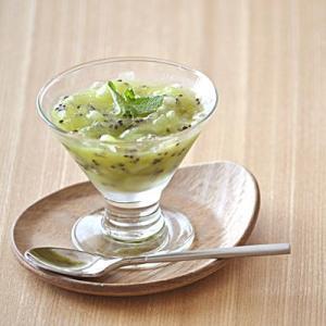 ガラス製の高台グラス。前菜を盛り付けてテーブルに並べるだけでおもてなし上級者に見せてくれます。食前酒...