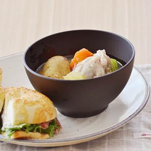 モダンにコーディネートできる、おしゃれな形状のお椀。一般的な汁椀より一回り大きいサイズで、豚汁やスー...