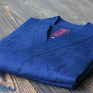 作務衣歴25年の竹虎四代目が愛用使い勝手を考えて後ポケットを別誂えしました。背紋に竹虎刺繍入り藍染め作務衣|taketora