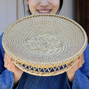 厳選した白竹を熟練竹職人が編みあげた贅沢な極上のそばざる高台付(大)|taketora