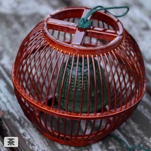 竹の風鈴は、細い竹ヒゴで作られた手鞠のような可愛い形でどんなお部屋にも似合いそうなシンプルなふうりん...