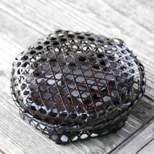 【国産・日本製】黒編み六ツ目竹炭かご(平)サイズ小(竹炭バラ400g入り)インテリアにも最適!お洒落な黒編み竹籠に消臭、調湿用竹炭たっぷり入れました|taketora