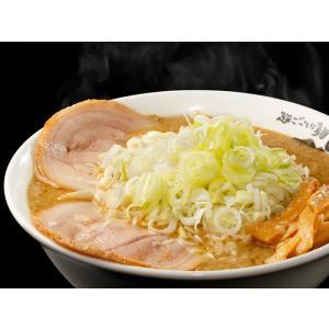 東京・亀戸にて最高質の背脂チャッチャ系ラーメンが味わえる「ごっつ」。3種類の味噌と生野菜を絶妙なバラ...