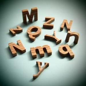 木製切文字アルファベット(英字) 欅2cmの木の文字|tanakahorutun