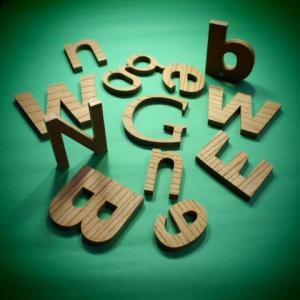 木製切文字アルファベット(英字) 欅6cmの木の文字|tanakahorutun