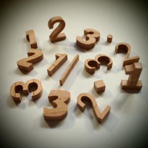 木製切文字数字 欅2.5cmの木の文字|tanakahorutun
