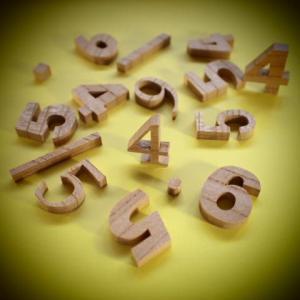 木製切文字数字 欅3cmの木の文字|tanakahorutun