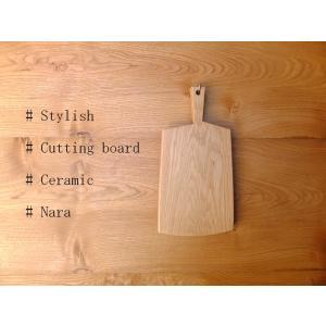 白色の自然な色合い杢目が美しい楢(ナラ)のカッティングボードです。 楢は家具、木工品に用いられ硬質で...