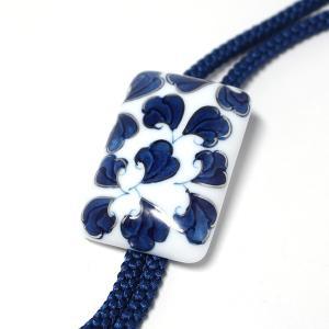 有田焼伊万里焼で知られる陶芸磁器ループタイ。染付唐草紋様。|tatikawa