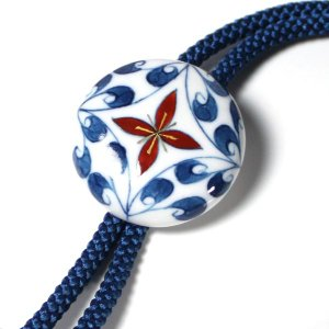 有田焼伊万里焼で知られる陶芸磁器ループタイ。染錦紋様。|tatikawa