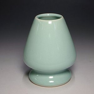 青磁色の陶器製の茶筅直しです。 竹には真っ直ぐに伸びようとする性質がありますので、茶筅直しをお使い頂...
