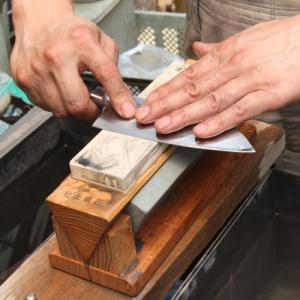 荒研ぎ・中研ぎ・仕上研ぎが、これ一つでOK! 鍛冶師の八間川さんも愛用している、とても便利な包丁砥石...