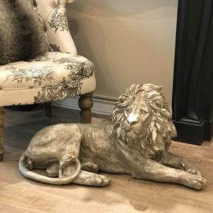 アンティーク調のシルバーカラーがモダンな印象のライオンのオブジェ。  大きくて存在感があります。  ...