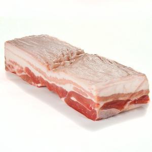 皮付きの豚ばら肉のかたまり。筋肉と脂肪が交互に三層になっているので三枚肉とも言います。 沖縄料理のラ...