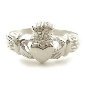 ラテン十字と十字の交差部分を囲む環からなるケルト十字とアイルランドの伝統的工芸品の指輪であるクラダリ...