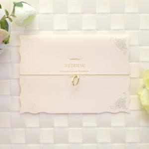 招待状をゴム紐に可愛いチャームをあしらい、表紙のデザインを美しく引き立てています。チャームは、リング...