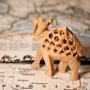 【一木造り】インド職人の手作り透かし彫り木像 ジャリ - ラクダ / 木像、彫刻、人形、手作り、置物...