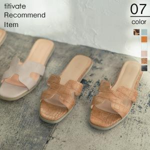 個性的なデザインでフラットでも上品な雰囲気を作り出してくれるスクエアサンダル。 さっと履くだけで足元...