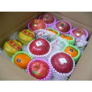 旬の果物を詰め込んだお得なセットです。 お入れします夏から秋のフルーツセットの目安:モモ、梨、グレー...