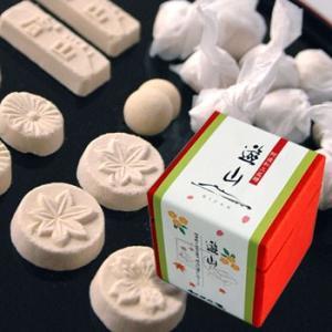本品は和三盆糖を落雁(らくがん)のように型押しした干菓子です。和三盆糖とは江戸時代から伝わる伝統的な...
